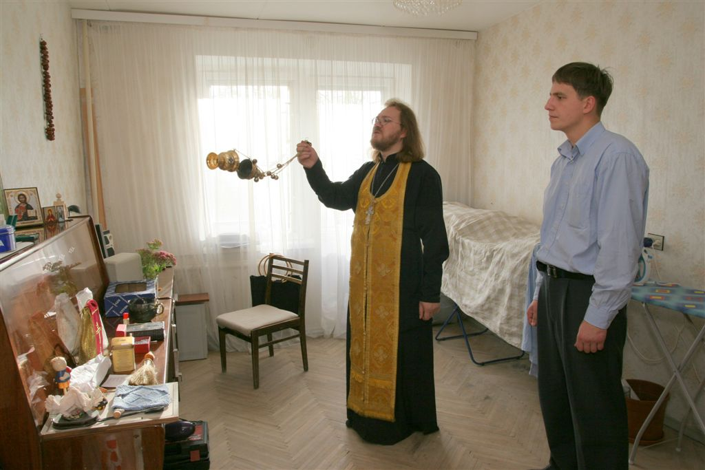 наклейка крест в квартире